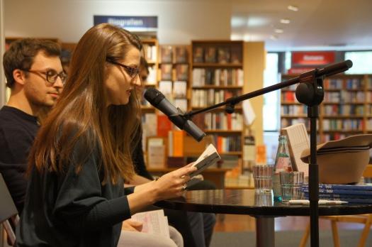 """Lydia liest aus """"Nichts Dramatisches""""."""