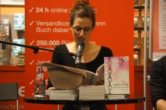 """Verena liest """"Die Vierte"""" aus """"Nichts Dramatisches""""."""