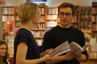 """Alex und Annika lesen gemeinsam """"Die Fünfte"""" aus """"Nichts Dramatisches""""."""