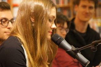"""Arina liest """"Die Sechste"""" aus """"Nichts Dramatisches""""."""