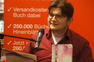 """Martin liest """"Die Siebte"""" aus """"Nichts Dramatisches""""."""